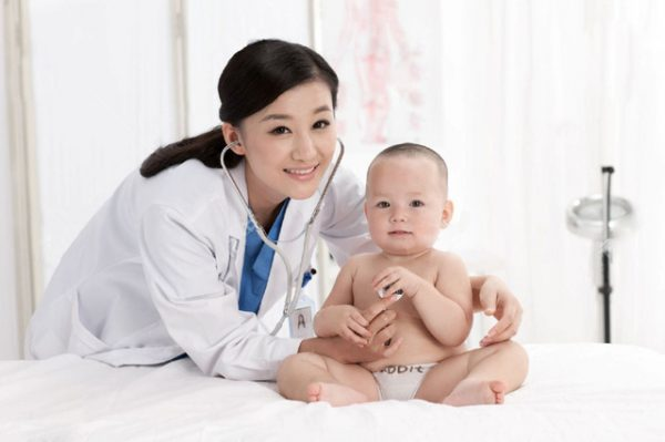sử dụng kem bôi da có chứa corticoid cho bé có sao không