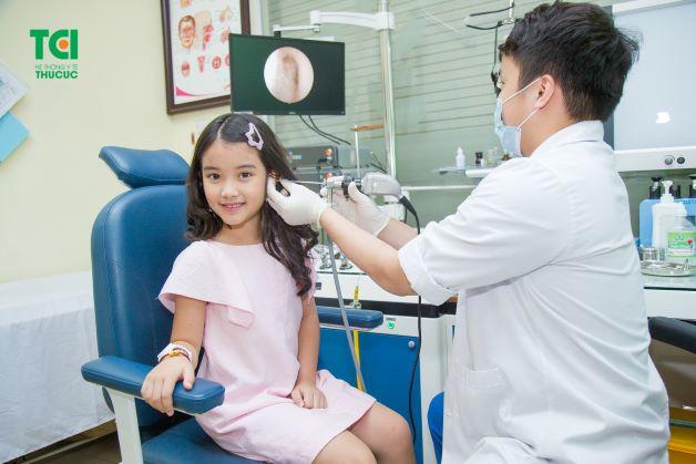 Nên chữa bệnh cho trẻ cùng bác sĩ có chuyên môn