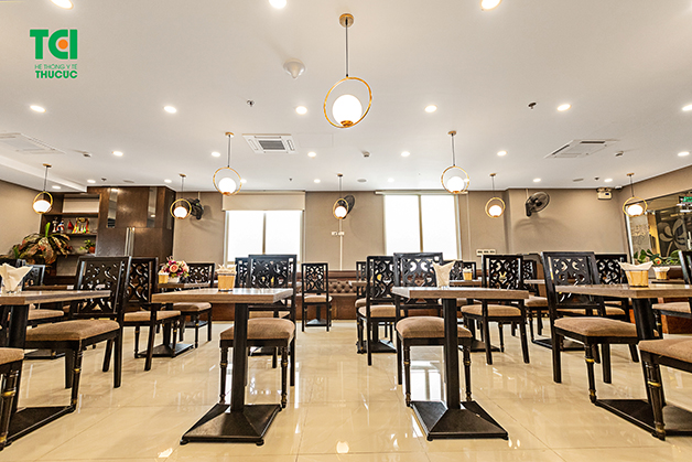 Nhà hàng được thiết kế theo tiêu chuẩn Châu Âu với tông màu nâu trầm chủ đạo