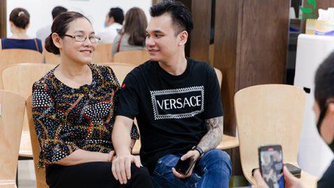 """Ca sĩ Khắc Việt: """"Phận làm con, hãy quan tâm nhiều hơn"""