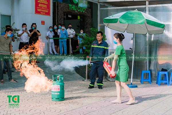 Cán bộ, nhân viên của Hệ thống Y tế Thu Cúc được hướng dẫn cách sử dụng bình chữa cháy xách tay