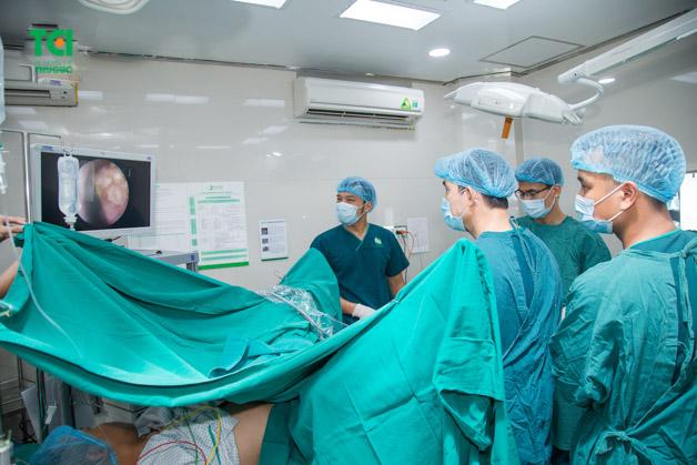 Sỏi bàng quang 7mm có thể được điều trị bằng phương pháp tán sỏi nội soi ngược dòng qua niệu đạo.