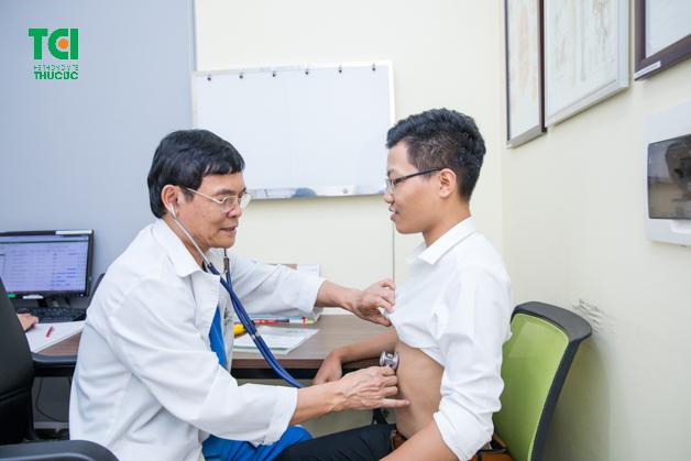 Bác sĩ thăm khám cho khách hàng