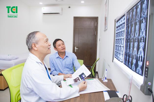 Bác sĩ khám bệnh cho người dân