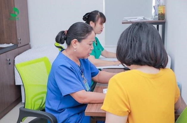 Để biết cấy que tránh thai có tác dụng phụ gì, chị em nên tới bệnh viện để được bác sĩ uy tín