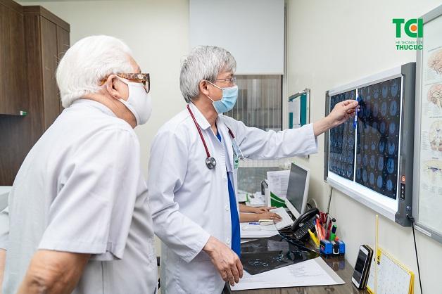 Khi có biểu hiện đau đầu, bạn nên đến gặp bác sĩ ngay để được chẩn đoán nguyên nhân và điều trị kịp thời
