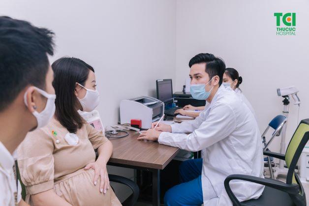 Rỉ ối khi mang thai nguy hiểm vì thế mẹ nên đi thăm khám để được tư vấn và điều trị kịp thời