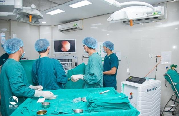 Các bác sĩ đang thực hiện kỹ thuật nội soi tán sỏi bàng quang bằng laser