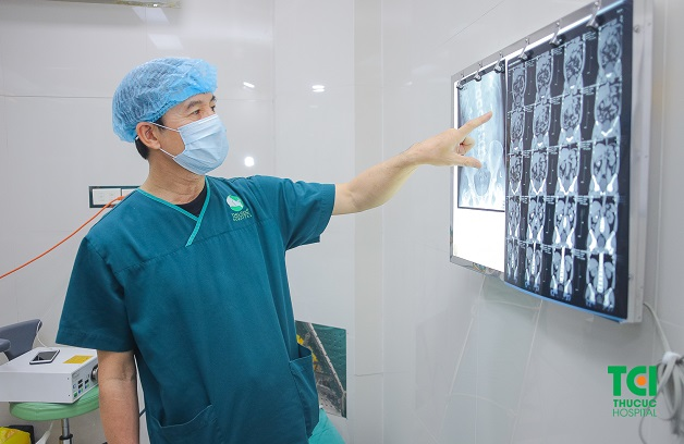 Đội ngũ bác sĩ giỏi trực tiếp thực hiện tán sỏi nội soi ngược dòng tại Thu Cúc