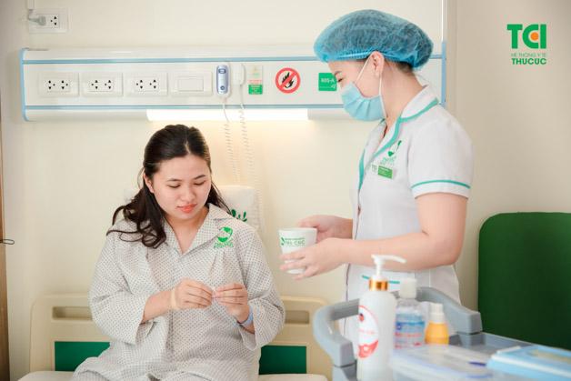Sau khi mổ lấy sỏi, người bệnh cần nằm viện theo dõi sức khỏe từ 5-7 ngày