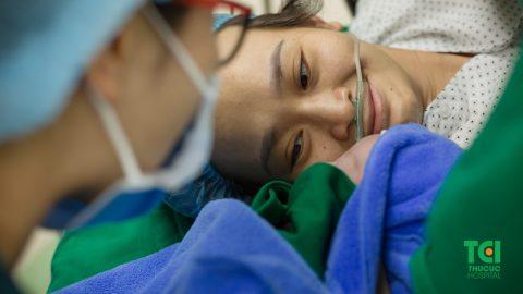 Cận cảnh ca mổ dây rốn thắt nút tại Bệnh viện Thu Cúc