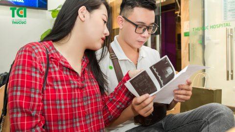 Ca sĩ Đông Hùng đưa vợ đi khám thai