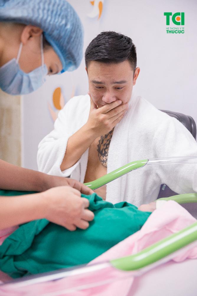 Ca sĩ Đông Hùng rơi nước mắt khi lần đầu được ôm con