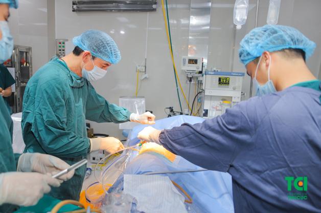 Bệnh nhân đang được tán sỏi qua da đường hầm nhỏ tại bệnh viện ĐKQT Thu Cúc.