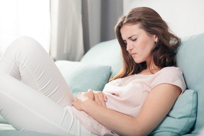 Đau bụng dữ đội là một trong những biểu hiện của rối loạn kinh nguyệt sau sinh