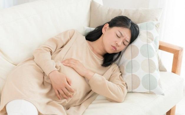 Khi bị rối loạn tiêu hóa mẹ bầu sẽ gặp phải tình trạng đau bụng, ợ nóng, khó tiêu.