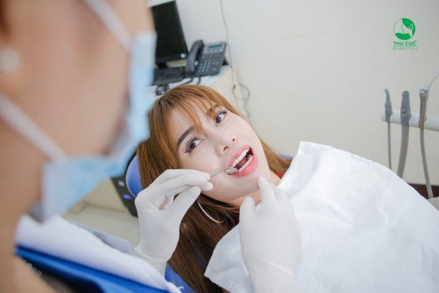 Để xác định bệnh nhân thuộc nhóm đối tượng được chỉ định phẫu thuật nạo túi lợi, bác sĩ sẽ tiến hành khám tổng quát để có thể đánh giá được sơ bộ tình hình răng miệng của bệnh nhân