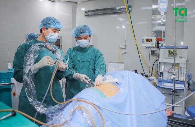 Tán sỏi qua da giá bao nhiêu phụ thuộc vào chi phí ca phẫu thuật, phí dịch vụ cùng các chi phí trước và sau tán sỏi khác