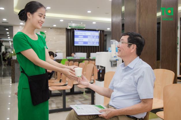 Đội ngũ hỗ trợ chuyên nghiệp, nhiệt tình khi hướng dẫn đầy đủ mọi thủ tục cho khách hàng khám sức khỏe