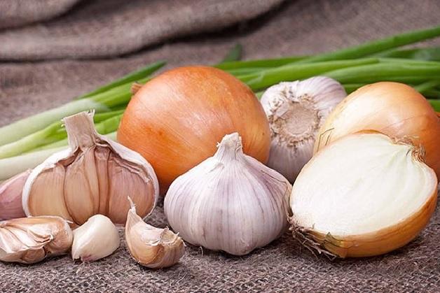Ăn các loại thực phẩm có mùi là nguyên nhân hôi miệng thường gặp