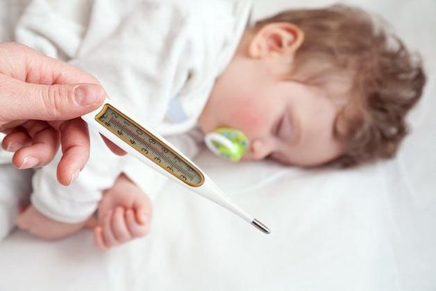 Thân nhiệt tăng đột ngột gây sốt và co giật ở trẻ