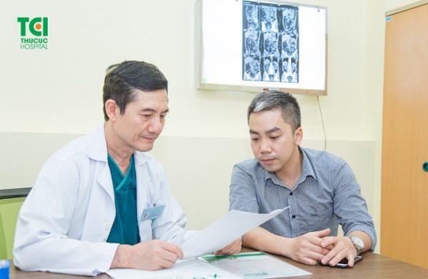 Để biết tình trạng bệnh của bản thân có chỉ định mổ lấy sỏi thận qua da hay không, người bệnh cần thăm khám và tư vấn cụ thể với bác sĩ chuyên khoa.