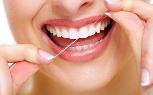 Ngoài việc đánh răng và dùng nước súc miệng, bạn nên kết hợp dùng thêm chỉ nha khoa để mang đến hiệu quả tối đa