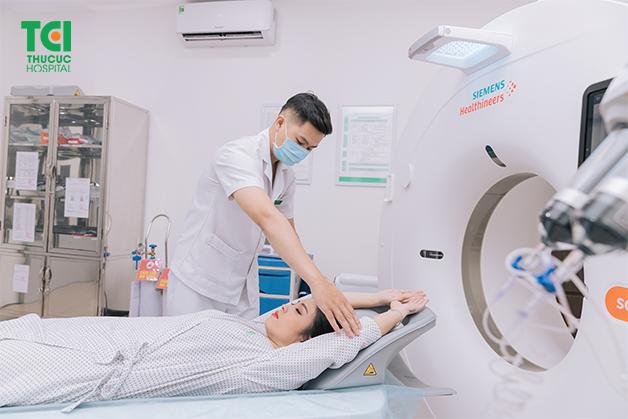 Chụp cắt lớp là gì - Kỹ thuật viên hướng dẫn người bệnh nằm đúng tư thế trước khi bắt đầu chụp cắt lớp