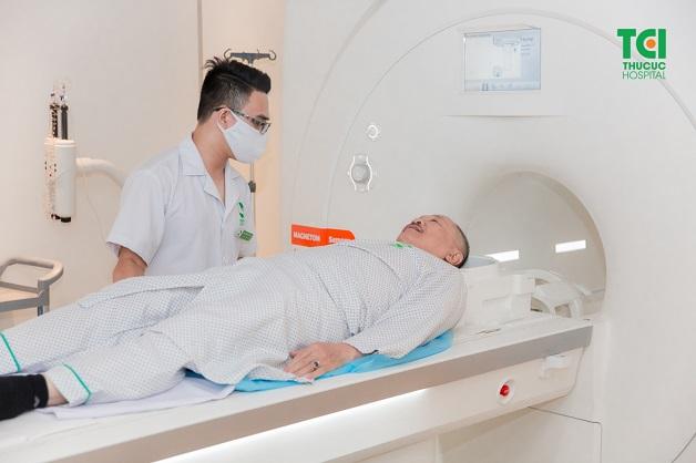 Chụp cộng hưởng từ ổ bụng sử dụng từ trường và sóng radio để tạo ra hình ảnh giải phẫu của cơ thể.