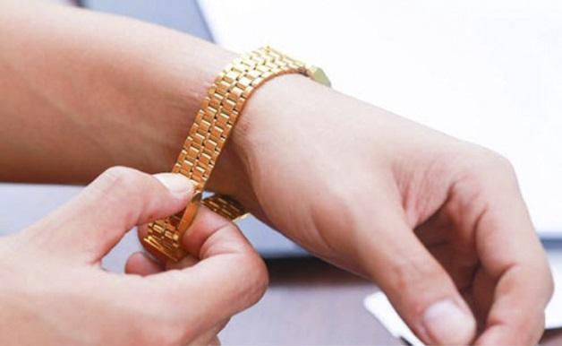 Tháo bỏ trang sức và vật dụng bằng kim loại để tránh làm ảnh hưởng đến kết quả chụp cộng hưởng từ ổ bụng