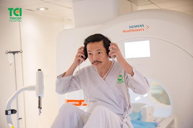 Người bệnh có thể đeo tai nghe trong khi chụp cộng hưởng từ ổ bụng