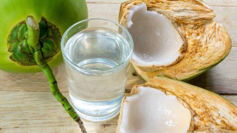 Người bị đau dạ dày uống nước dừa được không?