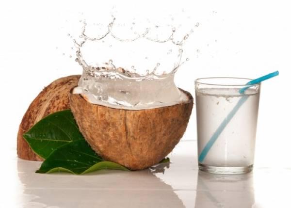 Nước dừa còn giúp bạn giảm thiểu tình trạng lão hóa da khi sử dụng đều đặn
