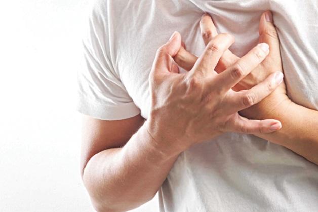 Hở van 2 lá 1/4 do bệnh lý có thể khiến người bệnh đau tim, khó thở, cần điều trị