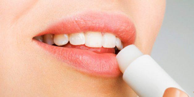 Dùng son dưỡng ẩm để giữ được độ ẩm cho môi