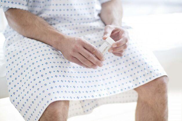 Bệnh nhân sẽ nhận được vật dụng là một lọ đựng mẫu sạch, vô khuẩn và thực hiện lấy tinh dịch bằng phương pháp thủ dâm
