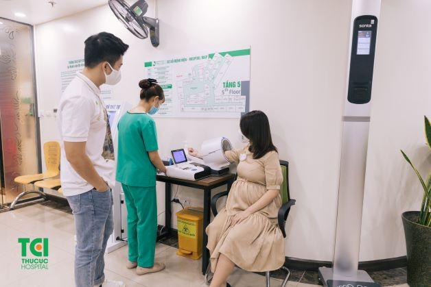 Thường xuyên theo dõi huyết áp, lượng đường máu là một trong những biện pháp giúp phòng ngừa tiền sản giật.