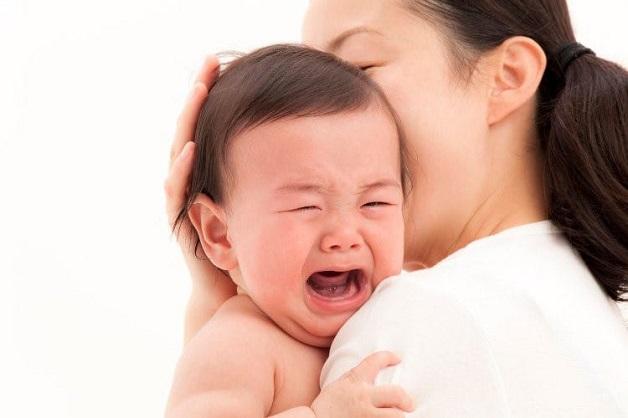 Khi bị rối loạn tiêu hóa, trẻ sẽ có dấu hiệu bú kém, quấy khóc