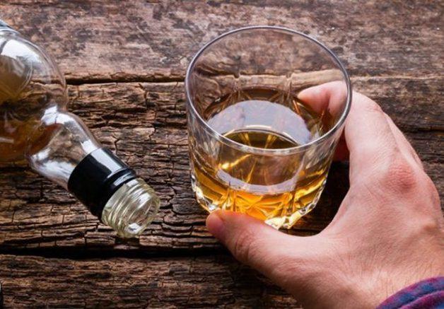 Rượu là một trong loại đồ uống được bác sĩ khuyên nên tránh để vết thương nhanh lành