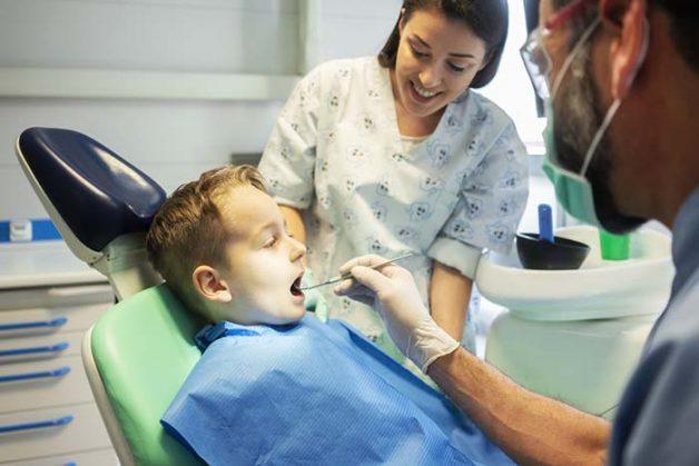 Khi trẻ bị nhiễm nấm, mẹ nên đưa con đến các cơ sở y tế để thăm khám và được bác sĩ điều trị