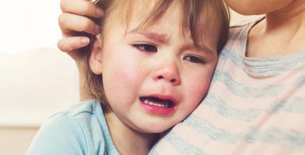Bị viêm loét niêm mạc miệng khiến trẻ đau đớn và gặp khó khăn khi ăn, dễ dẫn đến tình trạng suy dinh dưỡng