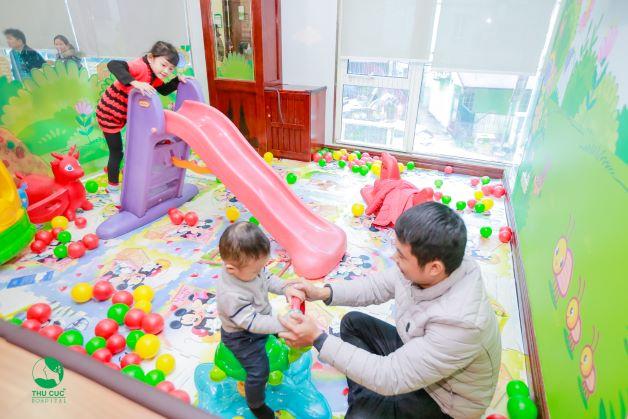 Trẻ dùng chung đồ chơi, chạm, cầm, nắm, gặm các vật dụng của trẻ bị bệnh có thể bị tay chân miệng
