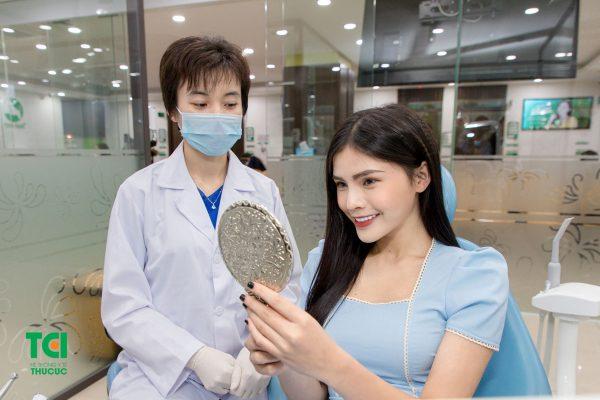Để biết được mình có phải đối tượng có thể dán sứ veneer hay không, bạn cần đến các cơ sở y tế uy tín để được bác sĩ nha khoa thăm khám và tư vấn