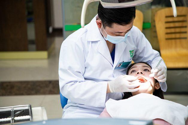 Bước đầu tiên trong quy trình bọc răng sứ, bác sĩ sẽ thực hiện thăm khám tổng quát và chụp X-quang để tư vấn chi tiết cho bệnh nhân