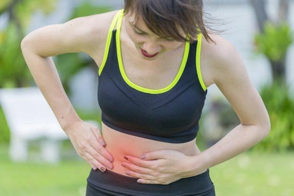 Đau bụng dữ dội là một trong những biểu hiện của viêm ruột thừa cấp