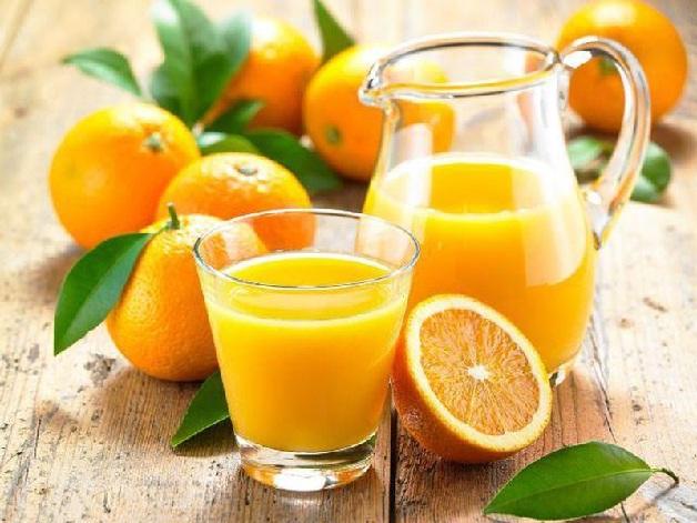 Bố mẹ nên cho trẻ uống nước cam khi bị sốt