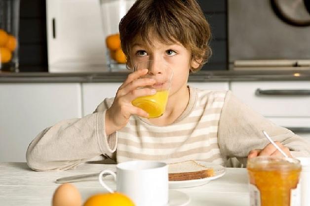 Cho con uống nước cam để bổ sung vitamin C