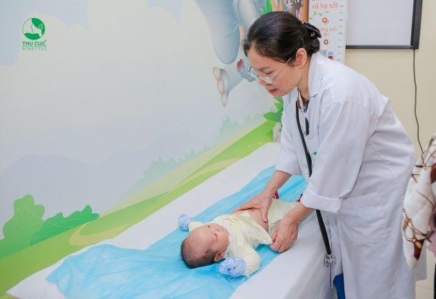 Khi trẻ sơ sinh bị đi ngoài nhiều lần cha mẹ cần đưa trẻ đến ngay bệnh viện để được chăm sóc và điều trị.