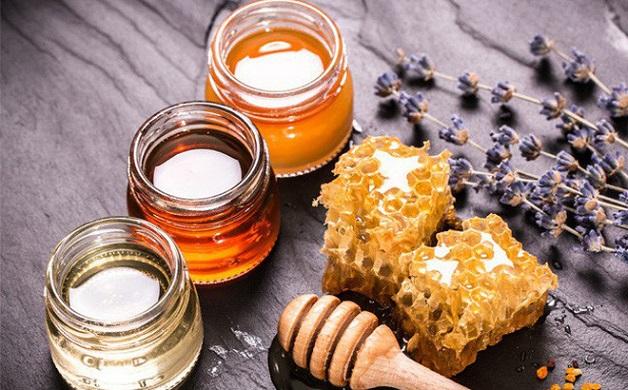 Mật ong đứng đầu trong danh sách những thực phẩm chữa hiệu quả nhiệt miệng ở trẻ em do tính kháng khuẩn, chống viêm tốt và dễ uống.