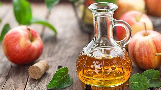 Mẹ hãy pha giấm táo với nước ấm với tỷ lệ bằng nhau và cho trẻ súc miệng hằng ngày để trị nhiệt miệng.